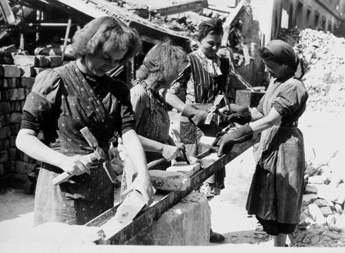 Bild 1 trümmerfrauen bei der arbeit